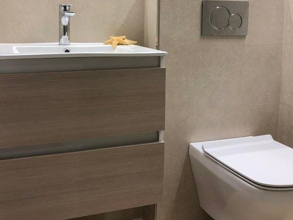 Reforma de baño elegante y moderno en Zaragoza