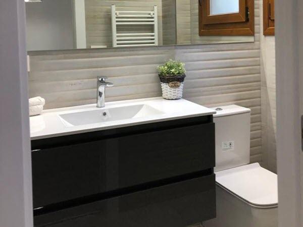 Reforma de baño moderno y pequeño en Zaragoza